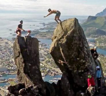 男生在300米高巨石顶翻跟头