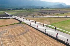 台湾女孩出嫁穿6公里长婚纱 560人捧着