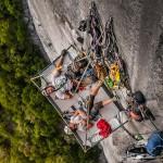 攀岩队员挑战千米高垂直岩壁  场面惊险令人窒息