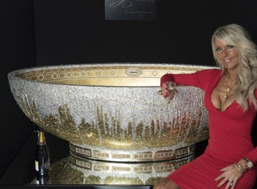 奢华浴缸用24k纯金打造 外镶25万颗水晶
