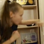 9岁女孩出拳速度逆天 30秒打爆房门