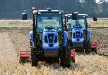 日本派机器人拖拉机在核灾区耕田