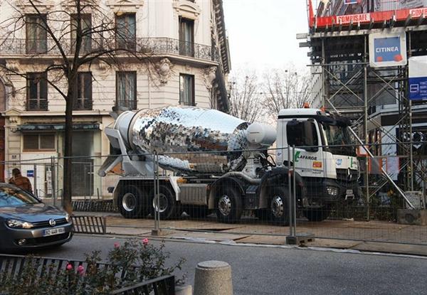 混凝土搅拌车变身迪斯科球 一看就不正经-趣闻巴士