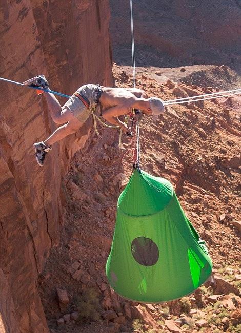 世界上最惊险的露营:百米悬崖间空中搭帐篷-趣闻巴士