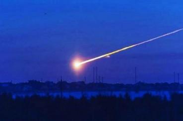俄上空飞过巨大陨石 瞬间黑夜变白昼