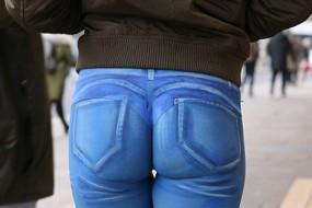 这个逛街美女感觉怪怪的 竟没人注意她仔裤的玄机