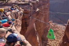 冒险家在悬崖中间悬空挂帐蓬露营