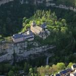 法国一小镇位置险峻 两面都是悬崖