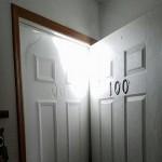 大雪袭击美国 居民清晨出屋发现多了一扇门