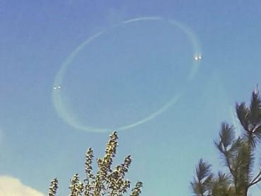 美国加州上空现神秘光环 有亮点环绕