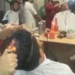 印度奇葩烫发技术 直接在头上点把火