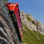 世界最陡铁路坡度超45度 半边车身露出悬崖