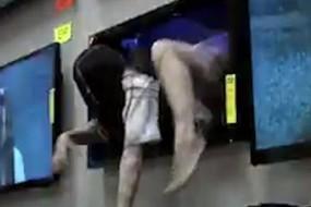 贞子从商场电视中爬出来吓跑顾客