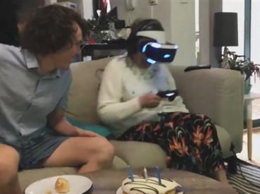 奶奶玩VR头盔太投入情急拔真枪猛轰