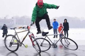 55岁老人表演冰上绝活 自行车玩出花样特技
