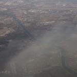 飞机上目睹大风吹走雾霾 黑白分明