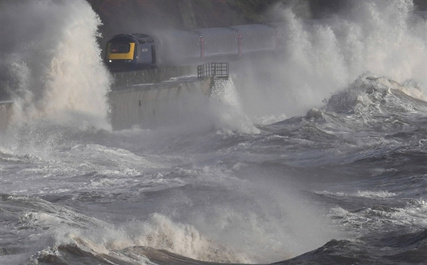 世界最惊险海岸铁路:火车破浪前行-趣闻巴士