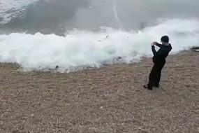 俄罗斯贝加尔湖边出现神奇冰浪
