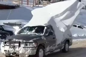 大雪封山 皮卡驮着雪堆开