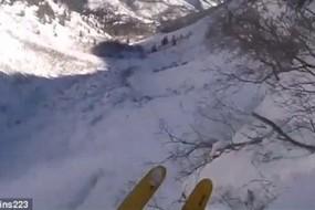滑雪者掉50米悬崖被1米深积雪缓冲毫发无损