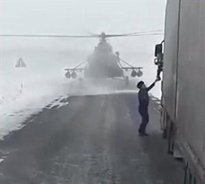 高速路突降直升机吓坏老司机