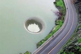 美国一湖面惊现深洞 湖水倾泻而下