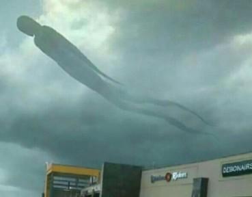 天空突现巨人俯瞰大地 民众惊慌逃命