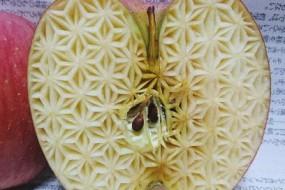 高手在水果上雕花纹 复杂精美令人惊叹