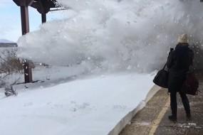 铁路积雪太厚 火车所过之处犹如雪崩