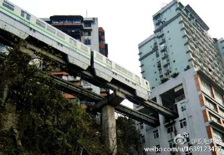 穿居民楼而过 揭秘重庆神一样的轻轨-趣闻巴士