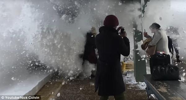 """震撼!暴雪过后 火车驶过站台如""""白色炸弹""""-趣闻巴士"""
