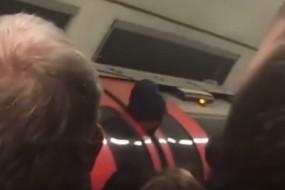 小伙脑袋被地铁门夹住 淡定喊给我拍照!