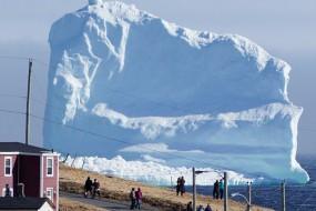 海边宁静小镇旁突然冒出一座冰山