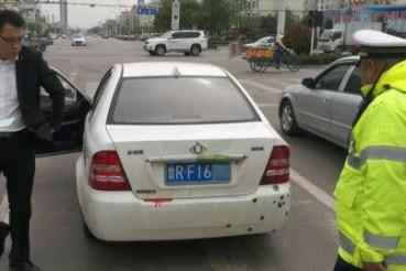 车身布满弹孔和血迹 警察拦下后崩溃了