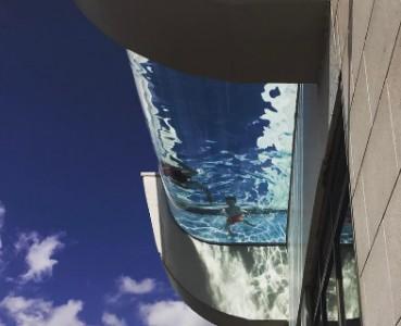 吓尿了!40层楼悬挂玻璃泳池池底正对马路