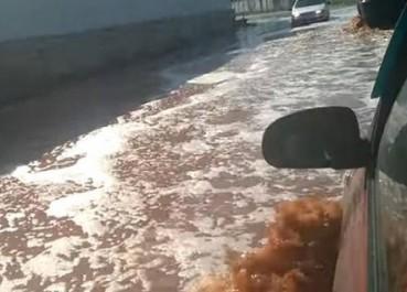 俄罗斯饮料厂倒塌 马路被可乐淹了