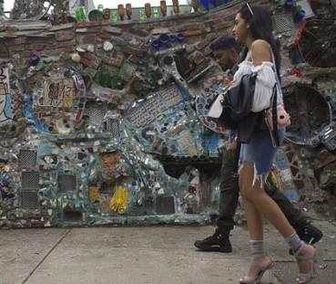 艺术家用垃圾打造一座魔幻花园