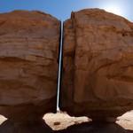 沙漠巨石被神秘力量切开 断面平整如刀割
