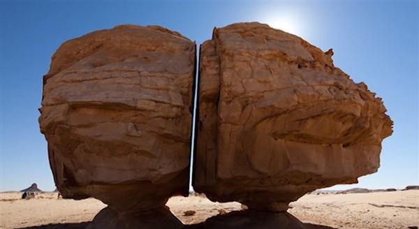 神迹!沙漠绿洲巨石分裂:激光切割般整齐-趣闻巴士