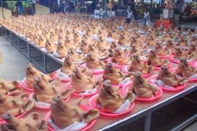 包工头摆500只猪头还愿 场面震撼