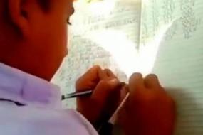 印度一小学训练孩子双手写字 甚至能同时写2种语言