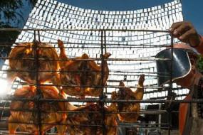 大叔用1000片镜子自制太阳能烤鸡神器