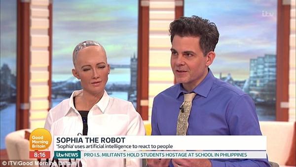 仿真机器人美女做客直播间 观众:突然感觉很害怕-趣闻巴士