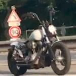 法国高速公路惊现无人摩托车