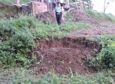 荒坡现怪异土堆村民报警 挖开一看惊了