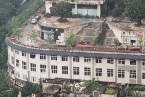 重庆又一神奇建筑 楼顶就是大马路