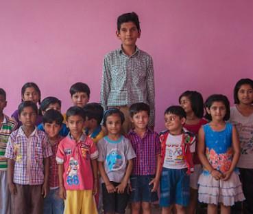 印8岁男童身高近两米 母亲是印度最高女人