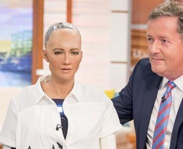 仿真机器人作客直播间 观众被吓到了
