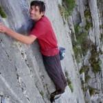 男子徒手爬900米悬崖