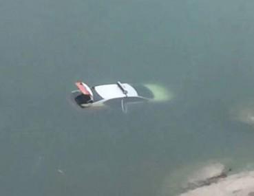 校园池塘成神秘百慕大 多辆车落水